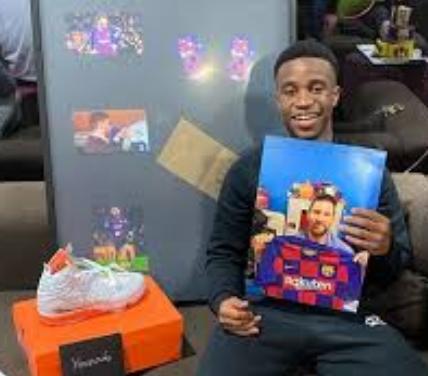 Momen : Mengapa Lionel Messi Mengirim Hadiah Ultah Ke Moukoko ?